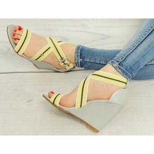 Štýlové sivé sandále pre dámy so žltými ramienkami