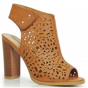 Hnedé dámske sandále s dierkovaným motívom