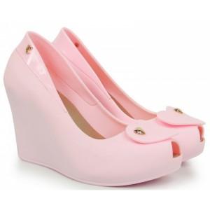 Vysoké sandále ružovej farby s otvorenou špičkou so srdcom