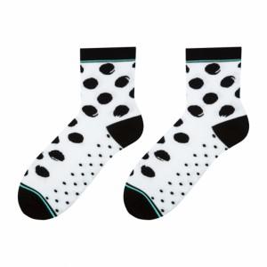 Pohodlné biele dámske ponožky s čiernými guličkami