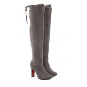 Dámske zimné čižmy nad kolená v tmavo sivej farbe so strapcami a červenou podrážkou