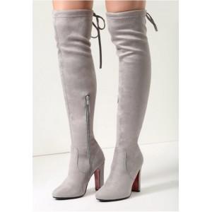 Elegantné dámske semišové čižmy na vysokom podpätku so šnurovaním a červenou podrážkou v svetlo sivej farbe