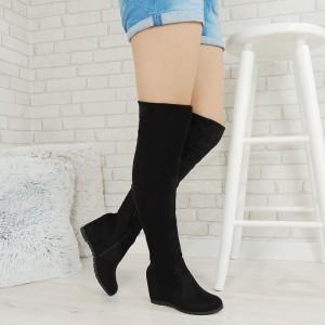Čierne dámske vysoké čižmy nad kolená v semišovom prevedení na plnom podpätku