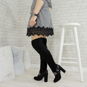 Dámske elegántne čižmy na zimu so striebornými ozdobami a remienkom v čiernej farbe na vysokom podpätku