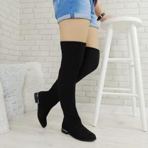 Elegántne dámske čižmy nad kolená v čiernej farbe na nízkom podpätkom so strieborným lémom