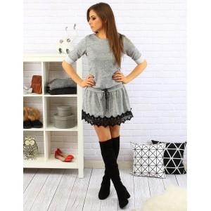 Pohodlné sivé dámske šaty s čipkou a sťahovaním na šnúrku