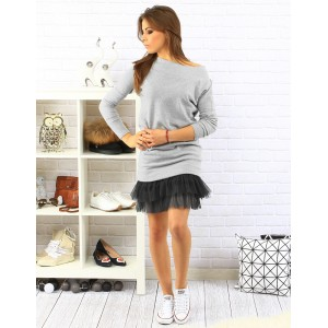 Športové dámske šaty sivej farby s dlhým rukávom a tylovou sukňou