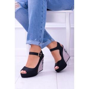 Čierne sandále na lesklej platforme