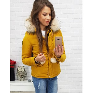 Krátka dámska zimná žltá bunda s kožušinovou kapucňou a brmbolčekmi