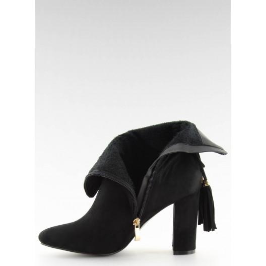 Semišové čierne kotníkové čižmy na trendy opätku a ozdobným strapcom