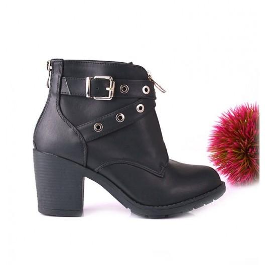 Elegantné dámske topánkyčiernej farby na hrubom podpätku s remienkom a zipsom