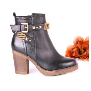 Členkové dámske topánky čiernej farby s hnedou podrážkou