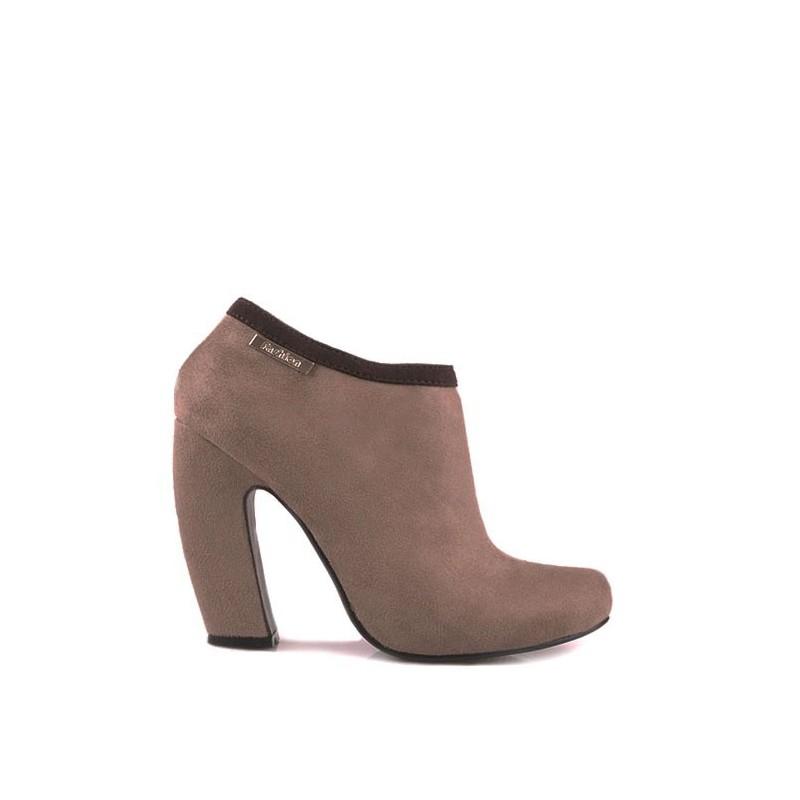 536efc0a76 Semišové dámske topánky béžovej farby s hrubým vysokým podpätkom ...