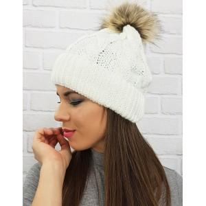 Háčkovaná biela dámska čiapka s brmbolcom
