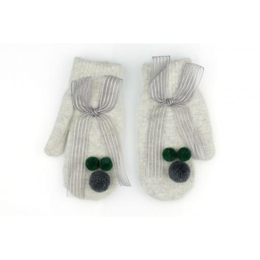 Sivé dámske rukavice na zimu zdobené pompónmi a mašľou