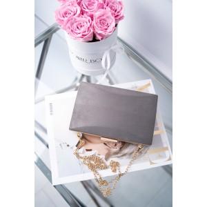 Elegantná plesová kabelka so zlatou sponou a zlatou retiazkou