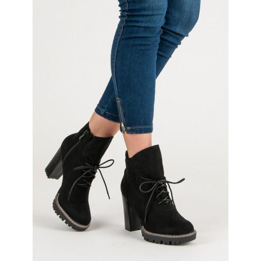 Štýlové čierne semišové dámske kotníkové topánky na hrubom opätku