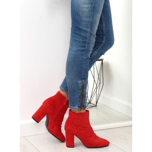 Dámske červené semišové kotníkové čižmy na opätku s trendy nariasením