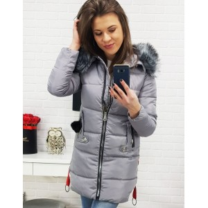Svetlo sivá dámska bunda na zimu s elegantným prešitím a kožušinou
