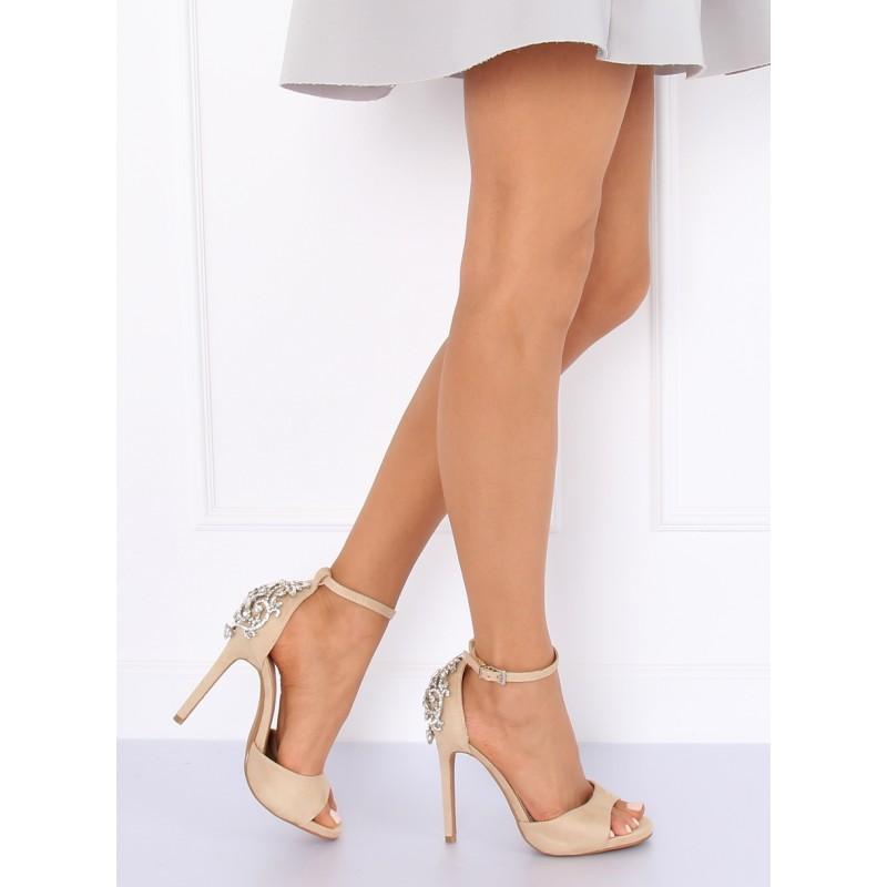 345380236902 Elegantné béžové sandále na opätku s veľkým ozdobným štrásom