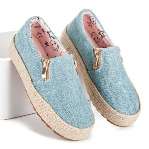 Detské topánky v svetlomodrej farbe s pletenou podrážkou