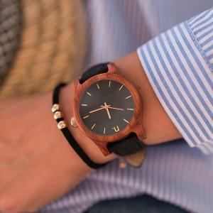 Dámske drevené hodinky v čiernej farbe s koženým remienkom
