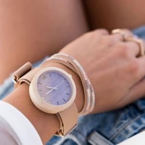 Štýlové drevené hodinky pre dámy vo fialovej farbe