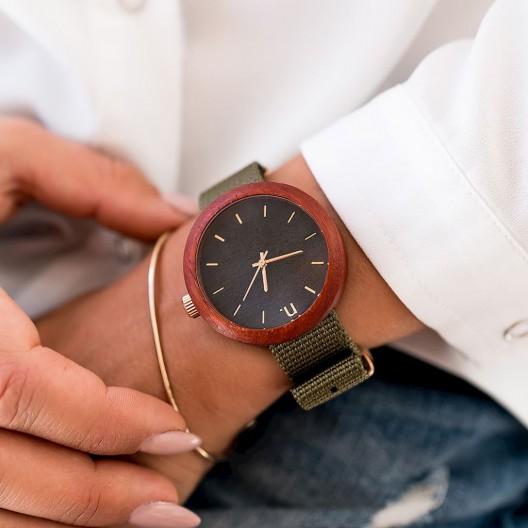Čierne dámske drevené hodinky s textilným remienkom