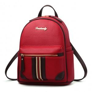 Moderný batoh červenej farby s predným vreckom s prúžkami