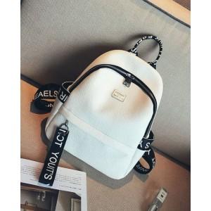 Biely batoh s dizajnovými nápismi na popruhoch