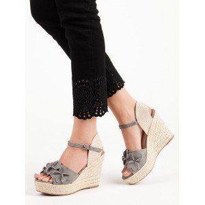 Dámske sivé sandále s kvetmi na vysokej pletenej platforme