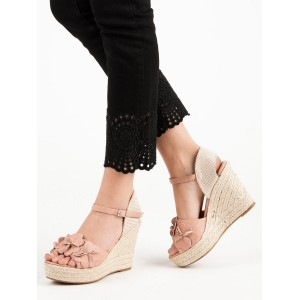 Ružové letné sandále na pletenej platforme a zapínaním na remienok