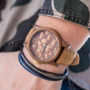 Pánske drevené hodinky hnedej farby s ciferníkom so vzorom
