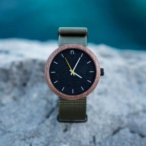 Pánske drevené hodinky so zeleným remienkom a žltým sekundovníkom