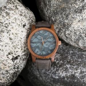 Sivé náramkové drevené hodiny s ciferníkom so škvrnami