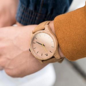 Béžové drevené pánske hodinky na ruku