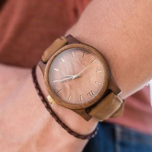 Drevené náramkové hodinky v hnedej farbe pre pánov