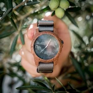 Pánske narámkové hodinky z dreva so sivým ciferníkom