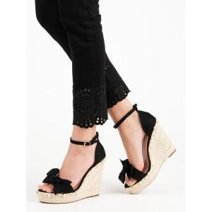 Čierne dámske sandále na vysokej pletenej platforme ozdobené perličkami