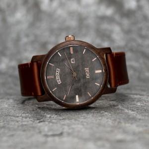 Sivo hnedé drevené pánske hodinky so zlatými ručičkami