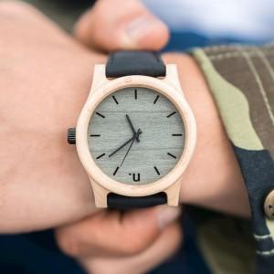 Pánské náramkové hodinky z javorového dreva s čiernym koženým remienkom