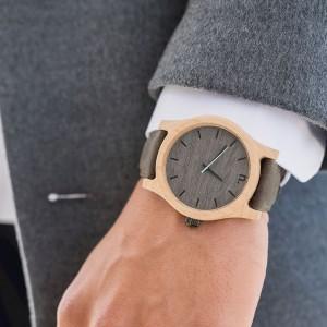 Štýlové drevené náramkové hodinky s modrou sekundovou ručičkou