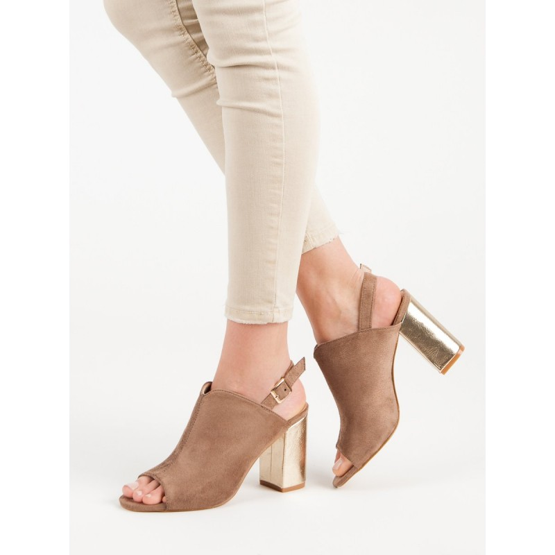 730380cebc05 Pohodlné dámske tmavo béžové sandále s remienkom a zlatým opätkom