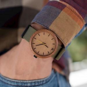 Moderné drevené hodinky so žltou ručičkou a textilným remienkom