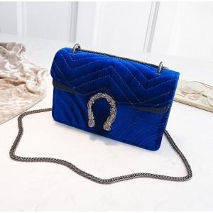 Modrá elegantná kabelka s veľkou prackou