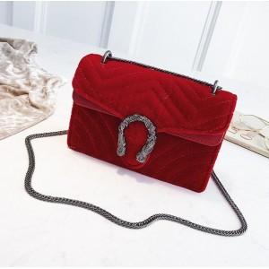 Červená prešívaná listová kabelka s retiazkou cez rameno