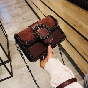 Malá crossbody kabelka hnedej farby s veľkou efektnou prackou