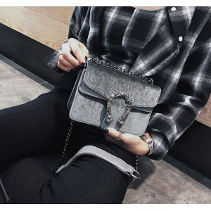 Sivá crossbody kabelka s veľkou prackou