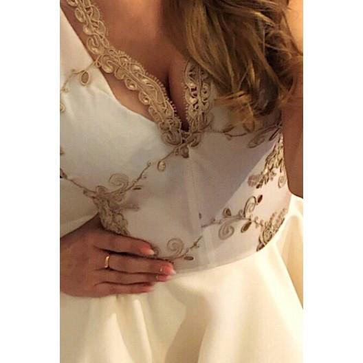 Exkluzívne béžové šaty s čipkou a výstrihom