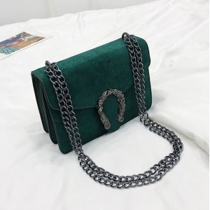 Zelená kabelka na plece s veľkou prackou